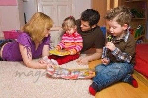 forældre leger på gulvet sammen med deres børn
