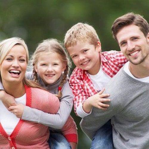 familie smiler og er glade