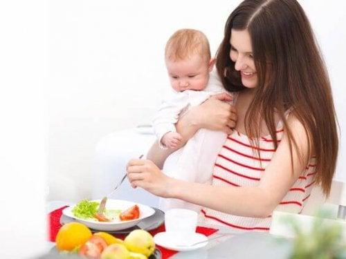 Mor holder baby tæt på frugter og grøntsager