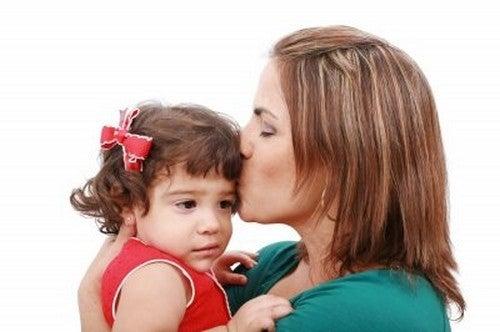 mor giver sin datter et kys