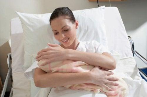Mor med nyfødt