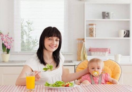 Mor og baby spiser morgenmad