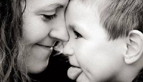 søn rækker tunge til sin mor