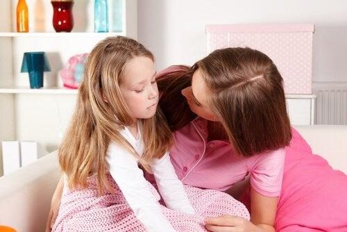 mor snakker med sin datter, som er trist