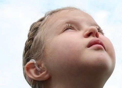 pige undgår øjenkontakt ved at kigge op