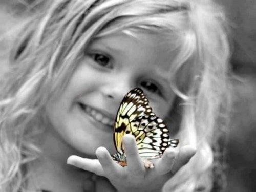 pige holder en sommerfugl