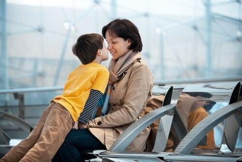 mor siger farvel til sin søn, inden hun skal afsted