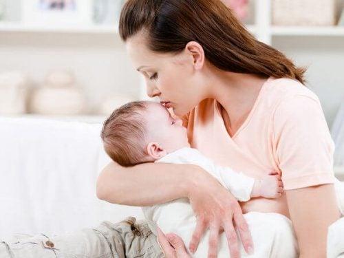 Hvorfor din baby skal være i dine arme