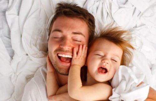 Far leger med sin datter