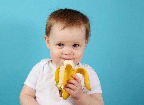 baby spiser en banan