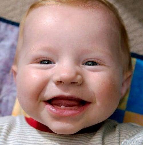 Din babys første tand: 6 tegn den er på vej