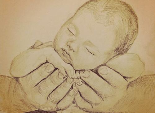 baby bliver holdt i fars hænder