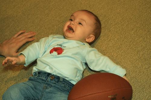 baby ligger på gulvet og græder efter et fald