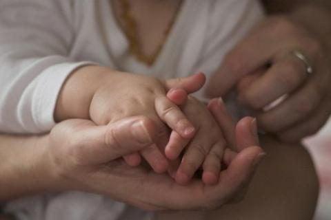 Massage af babys hånd mod stress