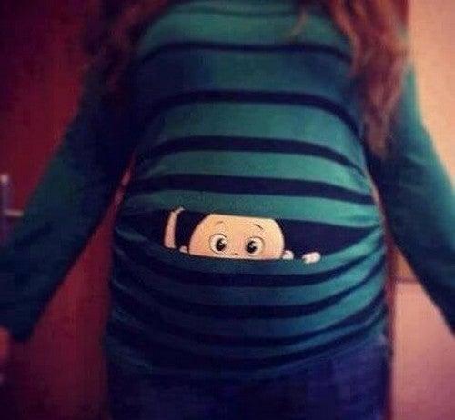baby kigger ud af mors mave