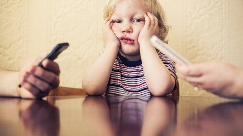 Mobilafhængighed: Det skader dit barn