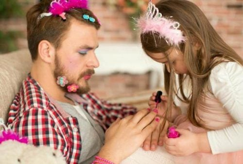 Pige maler fars negle