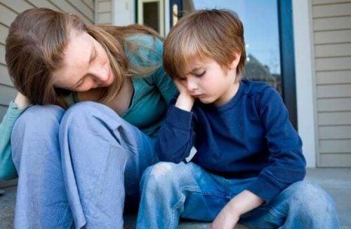 Mor og barn snakker om at ræsonnere