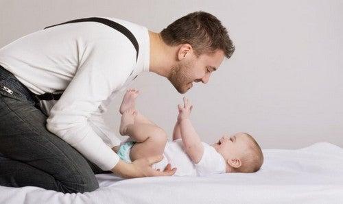 far leger med sin baby