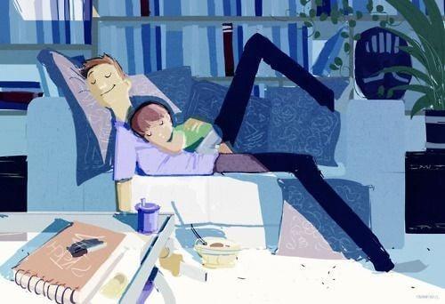 far og barn sover sammen på sofaen