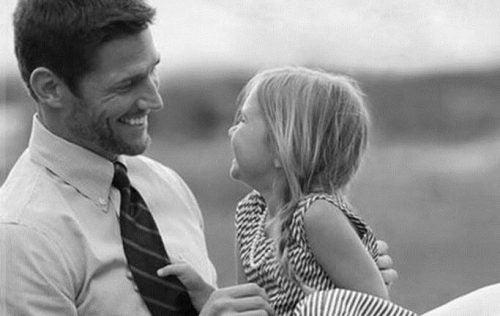 Far snakekr med sin datter