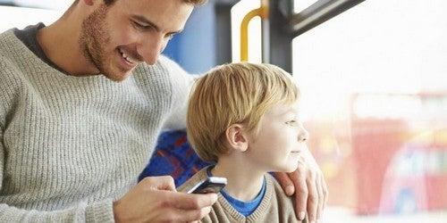 far bruger tid på sin mobil i stedet for på sin søn
