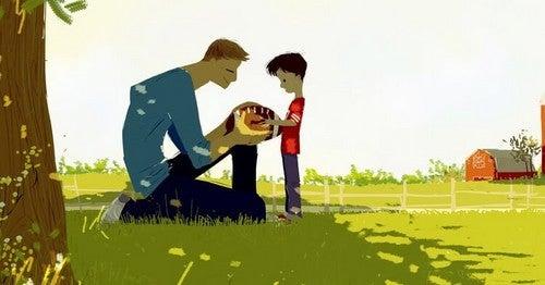 far og søn leger udenfor