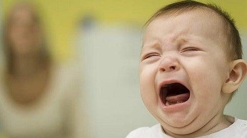 baby græder og udviser tristhed