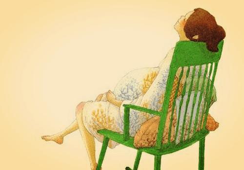gravid kvinde sidder i en gyngestol