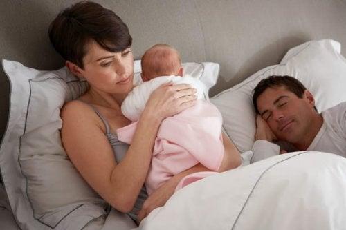 Hvad kan jeg gøre, hvis min baby vågner om natten?