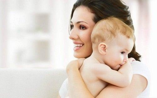 det er vigtigt at kramme sin baby ofte