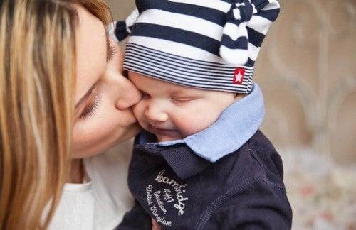 mor giver sin baby et kys på kinden