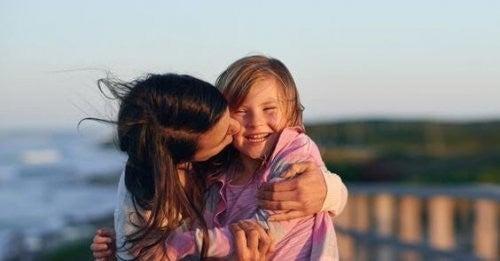 mor kysser sin datter