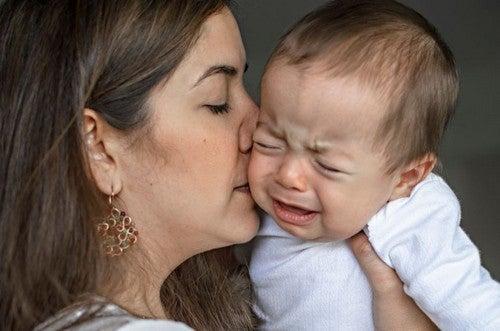 mor trøster sin baby efter et fald