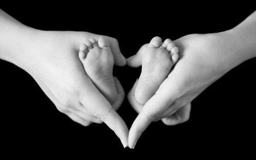 små babyfødder og mors hænder