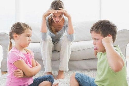 mor er stresset, mens børn skændes