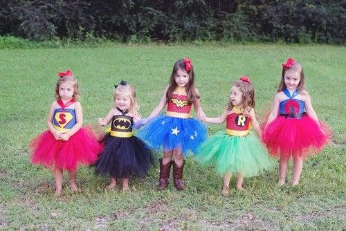 piger er klædt ud som superheltinder