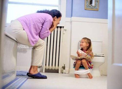 Pige til toilet træning