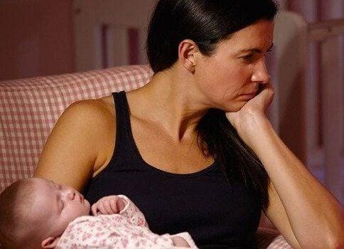 Træt mor med baby