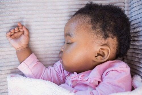 Baby sover med ørering