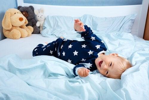 Barn leger i sengen
