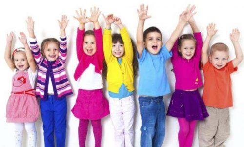 Glad gruppe af børn med forståelse for følelsesmæssig bevidsthed