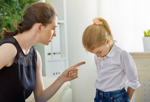 Mor straffer datter. En del af straf og belønning