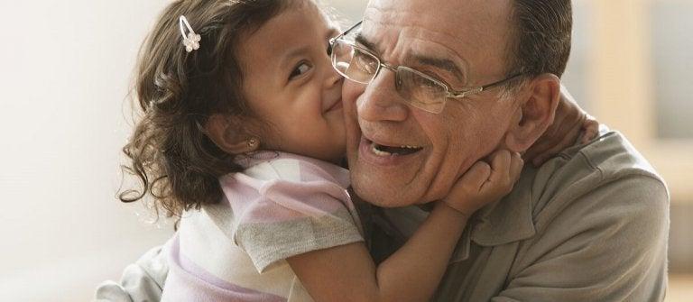 Pige kysser bedstefar