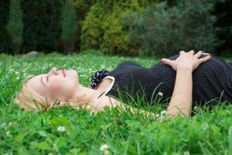 En kvinder ligger på græsset