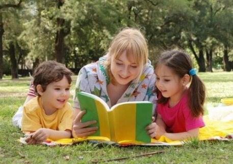 Kvinde læser historie til børn