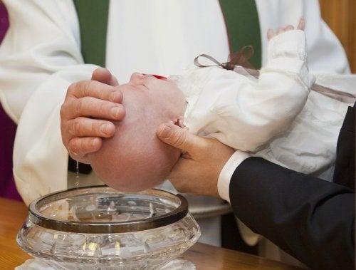 Hvordan organiserer du dit barns dåb bedst muligt