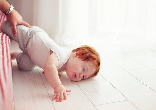 En baby der har slået hovedet ned i gulvet