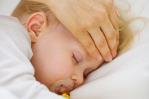 lille baby har feber