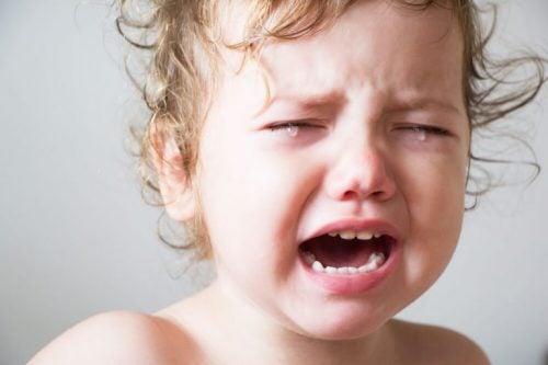 Baby græder